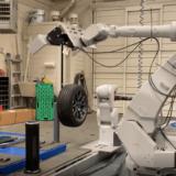 「RoboTire」は10分で4本のタイヤを交換するロボットなのは #ナイショ。